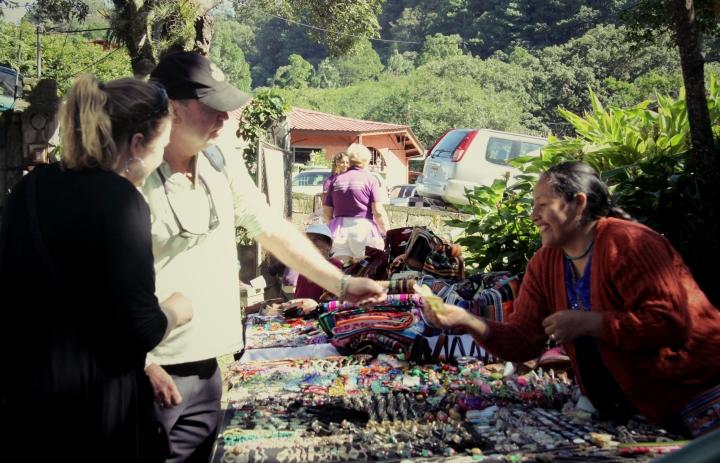 Une femme Ngobe-Bugle, une des communautés autochtones du Panama, vend ses bijoux au marché artisanal avec un grand sourire.
