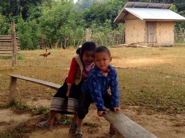 Enfants dans la cour d'école