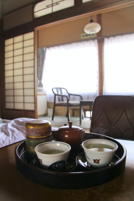 L'hospitalité japonaise : à notre arrivée, du thé et de petits biscuits nous attendait dans la chambre
